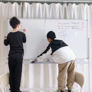 算数・数学が苦手な子専門の個別指導塾の数楽の家で、算数が苦手な子たちにドリルやプリントを使わずにホワイトボードで授業をしています